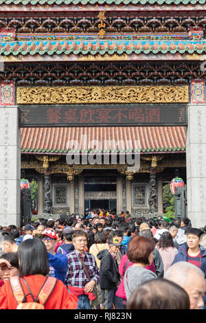 Taipei, Taiwan, Feb. 5, 2019: Crowds of Taipei residents enter Longshan Temple in Taipei on Tuesday, Lunar New Year's Day, to pray and welcome the arrival of the Year of the Pig. Credit: Perry Svensson/Alamy Live News - Stock Image