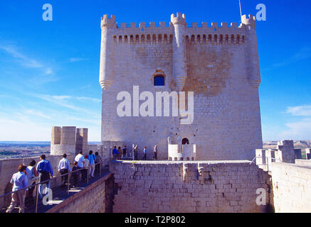 Tourists visiting the medieval castle. Peñafiel, Valladolid province, Castilla Leon, Spain. - Stock Image