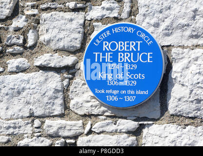Blue plaque commemorating King Robert The Bruce's stay on Rathlin Island in the fourteenth century when he had his famous encounter with a spider. Rat - Stock Image