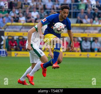 sports, football, Bundesliga, 2018/2019, Borussia Moenchengladbach vs RB Leipzig 1-2, Stadium Borussia Park, scene of the match, Matheus Cunha (RBL), covered behind Florian Neuhaus (MG), DFL REGULATIONS PROHIBIT ANY USE OF PHOTOGRAPHS AS IMAGE SEQUENCES AND/OR QUASI-VIDEO - Stock Image