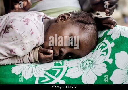 mother and child in Fengehun, near Bo, Sierra Leone - Stock Image