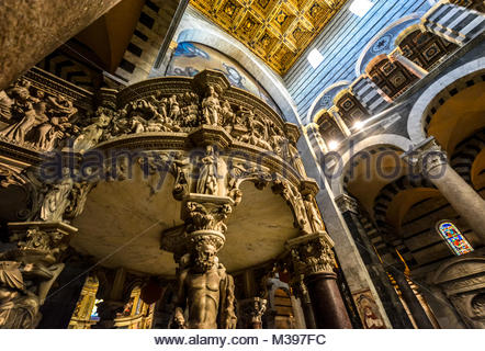 Giovanni Pisano's marble pulpit highlights the interior of the Santa Maria Assunta, Pisa's grand Duomo Cathedral - Stock Image