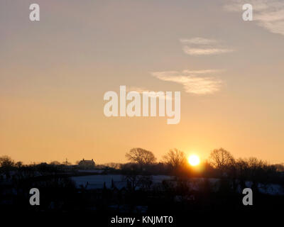 Ashbourne, Derbyshire. 12th Dec, 2017. UK Weather: cold frosty morning sunrise & snow scenes around the market - Stock Image