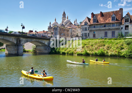 Canoeing on the river L'isle ariving at Périgueux with St Front Cathedral - Stock Image