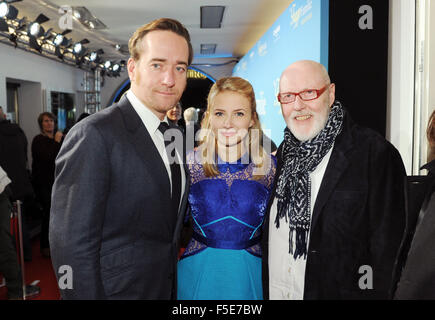 Munich, Germany. 2nd Nov, 2015. Actors Matthew MacFadyen (l-r), Eliza Bennett and director Ben Verbong arrive for - Stock Image