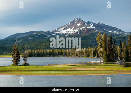Sparks Lake, near Bend, Oregon, and Broken Top, a Cascades volcano, at last light - Stock Image
