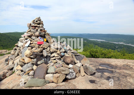 Rock memorial to fallen soldiers on Popolopen Torne summit, Hudson Highlands, NY, USA - Stock Image