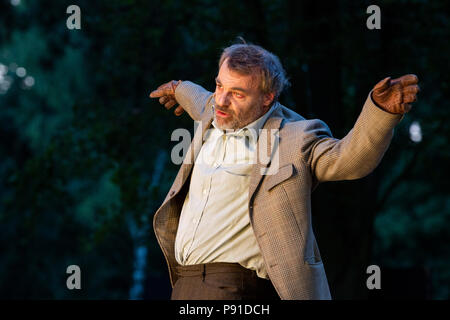 Mülheim an der Ruhr, Germany. 13 July 2018. Steffen Reuber performing. Theater an der Ruhr perform The Art of Comedy by Eduardo de Filippo during the 2018 Weiße Nächte season, a series of free open-air performances at Raffelbergpark. Photo: Bettina Strenske/Alamy Live News - Stock Image