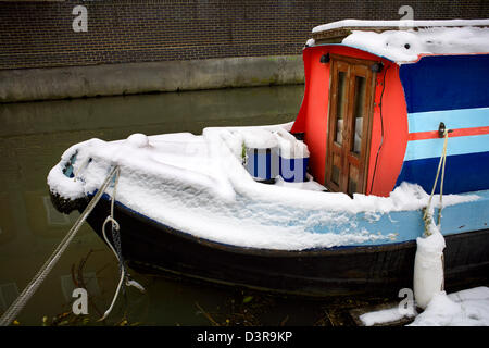 Narrowboat in Snow Winter on the South Oxford Canal Jericho City of Oxford Oxfordshire Oxon England boat narrowboat - Stock Image
