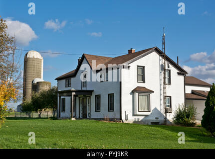 Farm house and silos on a country road in the Niagara Peninsula, Ontario, Canada. - Stock Image