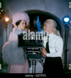 On the set, Geraldine Chaplin and Julie Christie / Doctor Zhivago / 1965 directed by David Lean [Carlo Ponti Production - Stock Image