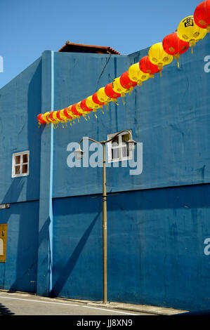 Blue wall, Temple Street, Chinatown, Singapore - Stock Image