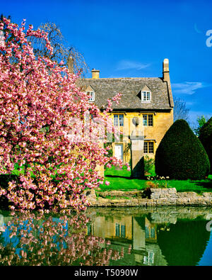GB - GLOUCESTERSHIRE: Cottage in the Cotswold village of Willersey  (Picture taken from public road) - Stock Image