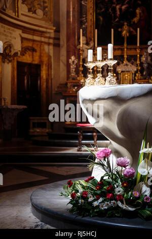 Europa, Italien, Latium, Rom. Altarraum in der deutschen katholischen Nationalkirche Santa Maria dell'Anima - Stock Image