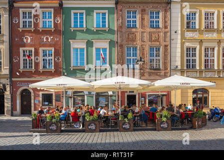 Poznan old town, view of people sitting at a street cafe in the Market Square (Stary Rynek) in Poznan Old Town, Poland. - Stock Image