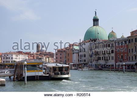 The water bus stop at Ferrovia and the Grand Canal: Venice. - Stock Image