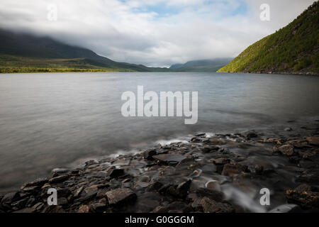 Mountaina rise above lake Teusajaure, near Teusajaure hut, Kungsleden trail, Lapland, Sweden - Stock Image