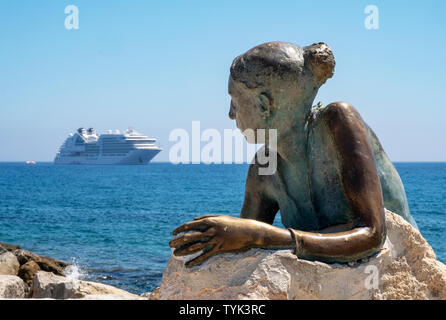 """""""Sol Alter"""" by Yiota Ioannidou, the sculpture looks out to the Seabourn Encore cruise liner anchored of the cost of Paphos, Cyprus. - Stock Image"""