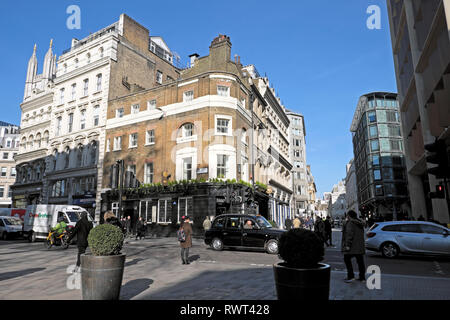 A view of taxi & pedestrians walking near the Sugar Loaf pub on Cannon Street and Queen Street at lunchtime in City of London England UK  KATHY DEWITT - Stock Image