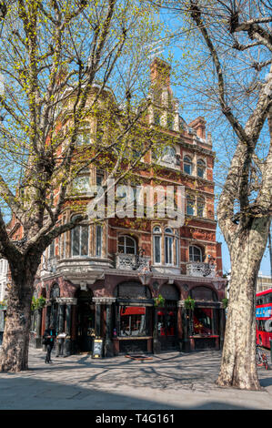 The Swan public house on Hammersmith Broadway. - Stock Image