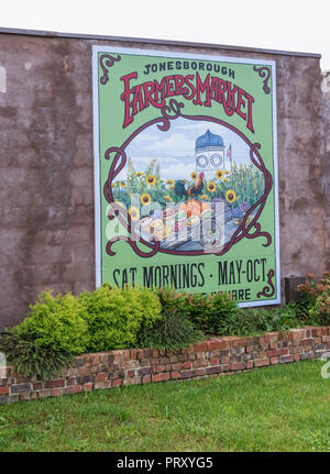 JONESBOROUGH, TN, USA-9/29/18: A painted advertisement for the weekly Farmers' Market in downtown. - Stock Image