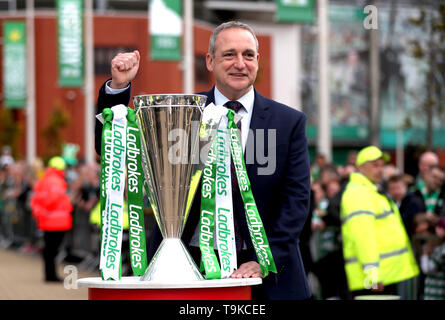 Former Celtic player Paul McStay with the Ladbrokes Scottish Premiership cup prior to the beginning of the Ladbrokes Scottish Premiership match at Celtic Park, Glasgow. - Stock Image