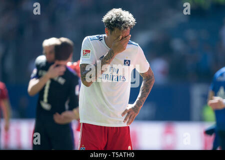 Hamburg, Deutschland. 20th Apr, 2019. Leo LACROIX (HH) holds his hand over his eyes after the final whistle, frustrated, frustrated, frustrated, disappointed, disappointed, disappointed, disappointed, sad, gesture, gesture, half figure, half figure, Soccer 2nd Bundesliga, 30th matchday, HSV Hamburg Hamburg Hamburg (HH) - FC Erzgebirge Aue (AUE) 1: 1, on 20.04.2019 in Hamburg/Germany. ¬ | usage worldwide Credit: dpa/Alamy Live News - Stock Image