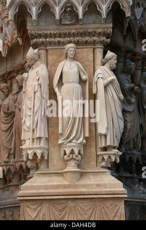 Statues to the Left of the Central Portal of Reims Cathedral, Reims, Marne, Champagne-Ardennes, France. - Stock Image