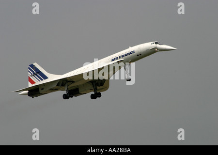 An Air France Concorde aircraft in flight makes its last landing at Le Bourget Airport in Paris June 2003 - Stock Image
