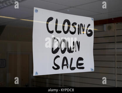 """Closing Down Sale"", Sign in Window of closed down retail business in deserted shopping precinct, Crossways Shopping - Stock Image"