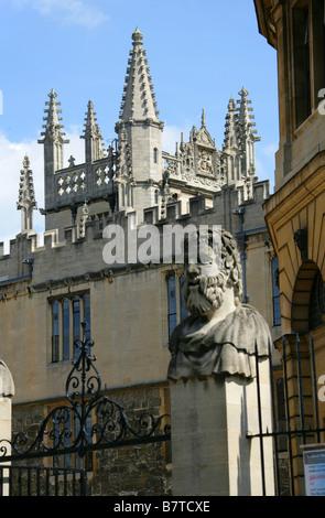A Statue Outside the Sheldonian Theatre, Oxford University, Oxford, Oxfordshire, UK - Stock Image