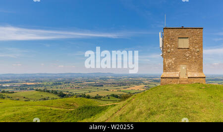 Parson's Folly on top of the Earthworks at Kemerton Camp Iron Age Fort on Bredon Hill with the Malvern Hills in the background, Worcestershire, Englan - Stock Image