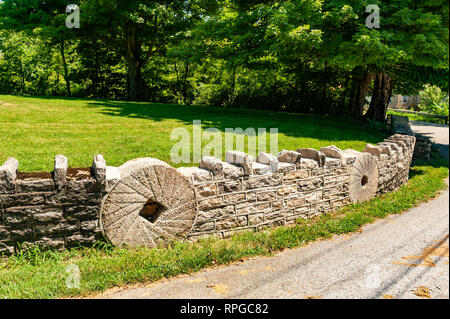 Rock fence with wheel design - Stock Image
