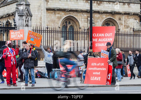 London, UK. 20th March, 2019. Comings and goings amid pro-Brexit protesters holding signs outside the Houses of Parliament. Credit: Mark Kerrison/Alamy Live News - Stock Image