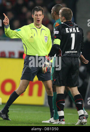 Goalkeeper Robert Enke (R) of Hanover discusses with referee Wolfgang Starck during the Bundesliga match Hanover - Stock Image