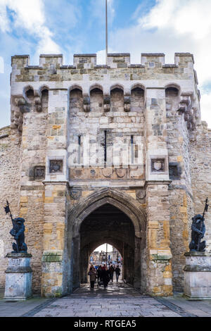 The historic medieval Bargate in the city walls of Southampton. - Stock Image