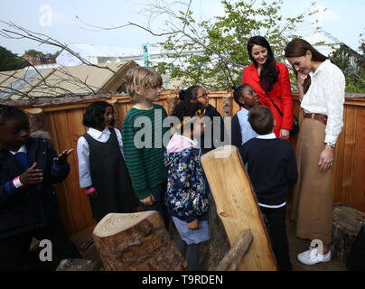 The Duchess of Cambridge speaks children durinf a visit to her garden at the RHS Chelsea Flower Show at the Royal Hospital Chelsea, London. - Stock Image
