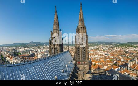 France, Center France, Clermont-Ferrand, volcano of the Puy de Dome between the arrows of the Cathedral - Stock Image