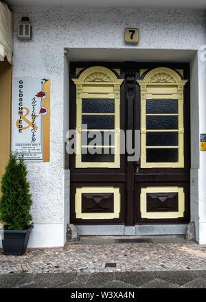Iris Klix Goldschmiede antiquitaten. Antique jewellery shop  in old listed building in Oberhofer weg 7, Lichterfelde-Berlin.. Sign & decorative door - Stock Image