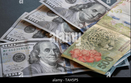 Detail of a five hundred peso bill next to dollars - Stock Image
