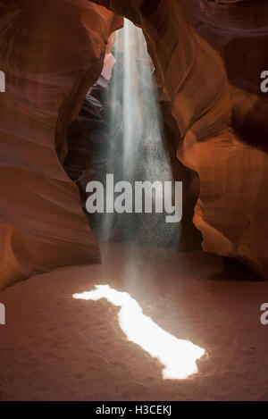 Beam of sunlight shining into Antelope Canyon, Arizona, USA - Stock Image