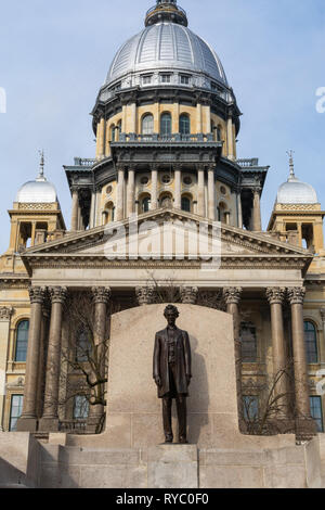 Statue of Abraham Lincoln and State Capitol Building on a Spring morning.  Springfield, Illinois, USA. - Stock Image