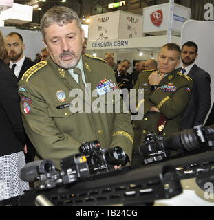 Brno, Czech Republic. 29th May, 2019. General Ales Opata, Chief of the General Staff of the Czech Armed Forces, observes the Meopta gunsights as he visited the international trade fair of defence and security technology IDET, trade fair of security technology and services ISET and trade fair of firefighting technology PYROS in Brno, Czech Republic, May 29, 2019. Credit: Igor Zehl/CTK Photo/Alamy Live News - Stock Image