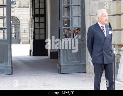 Stockholm, Sweden, June 6, 2018. Swedish National Day is celebrated at the Royal Palace with 'Open Castle' - a full day of free entrance to the Castle's museums, exhibitions and activities.  King Carl XVI Gustaf and Queen Silvia waiting to meet the big crowd.  Credit: Barbro Bergfeldt/Alamy Live News - Stock Image