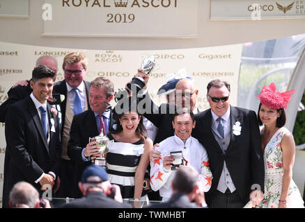 Ascot Racecourse, Windsor, UK. 21st June, 2019. Royal Ascot Horse racing; Race 3; Commonwealth Cup; Advertise Ridden By Frankie Dettori Trained By Martyn Meade wins the Commonwealth Cup and jockey Frankie Dettori, owners and trainer Martyn Mead celebrate on receiving their winners medals Credit: Action Plus Sports/Alamy Live News - Stock Image