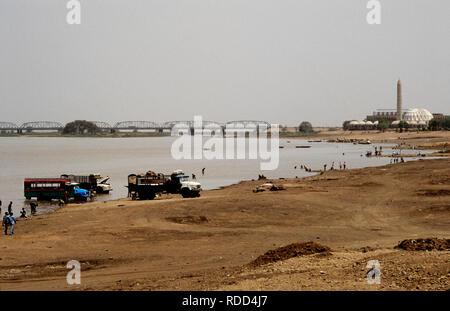 Khartoum - Omdurman, Sudan, Africa El-Nilen Mosque and White Nile Bridge across the River Nile 1985 Looking from Omdurman northwards. - Stock Image