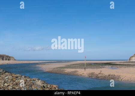 Hayle, Cornwall, UK. 21st Feb, 2019. UK Weather. It was a pleasant 14 degrees this lunchtime ont he north Cornish coast at Hayle. Credit: Simon Maycock/Alamy Live News - Stock Image