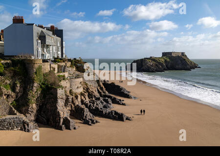 St Catherine's Island - a small tidal island linked to the coastal town of Tenby by Castle Beach at low tide.  Pembrokeshire, Wales in the United King - Stock Image