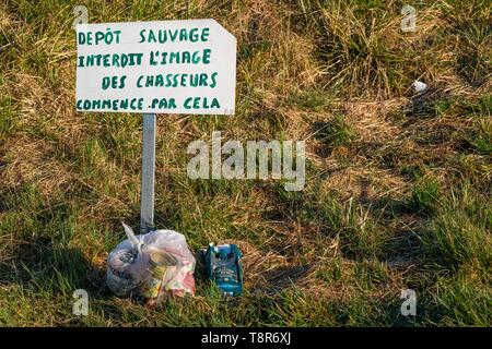 France, Somme, Baie de Somme, Noyelles-sur-mer, wild garbage dump by hunters - Stock Image