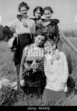 Five  young women pose together in a Colorado field, ca. 1928. - Stock Image